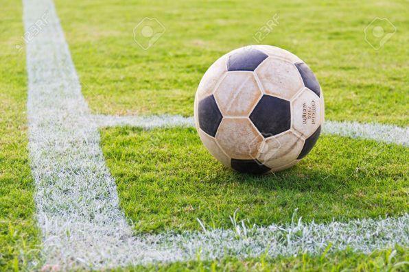 10628252-vieux-de-football-au-coin-de-la-pelouse-football-r-el-pr-t-jouer-banque-dimages